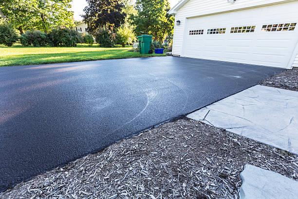 neue blacktop asphalt auffahrt - auffahrt stock-fotos und bilder