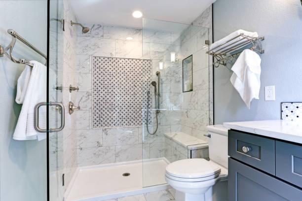 novo design de casa de banho azul com duche mármore surround - banco assento - fotografias e filmes do acervo
