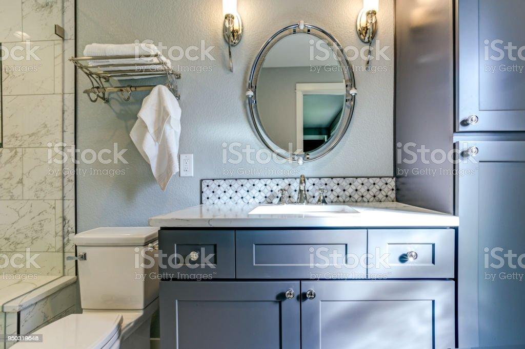 Nuevo azul baño diseño con ducha de mármol Surround - foto de stock