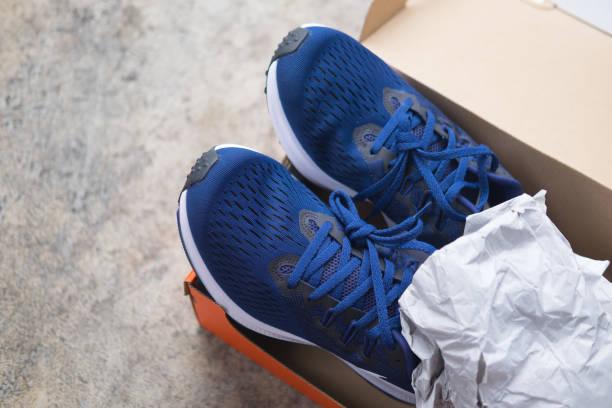 nuevos zapatos deportivos azules en la caja, de cerca - bádminton deporte fotografías e imágenes de stock