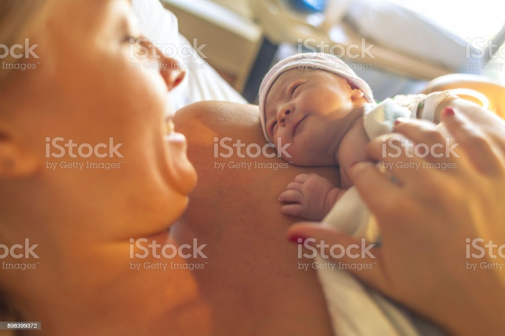 New born baby con su madre foto de stock libre de derechos