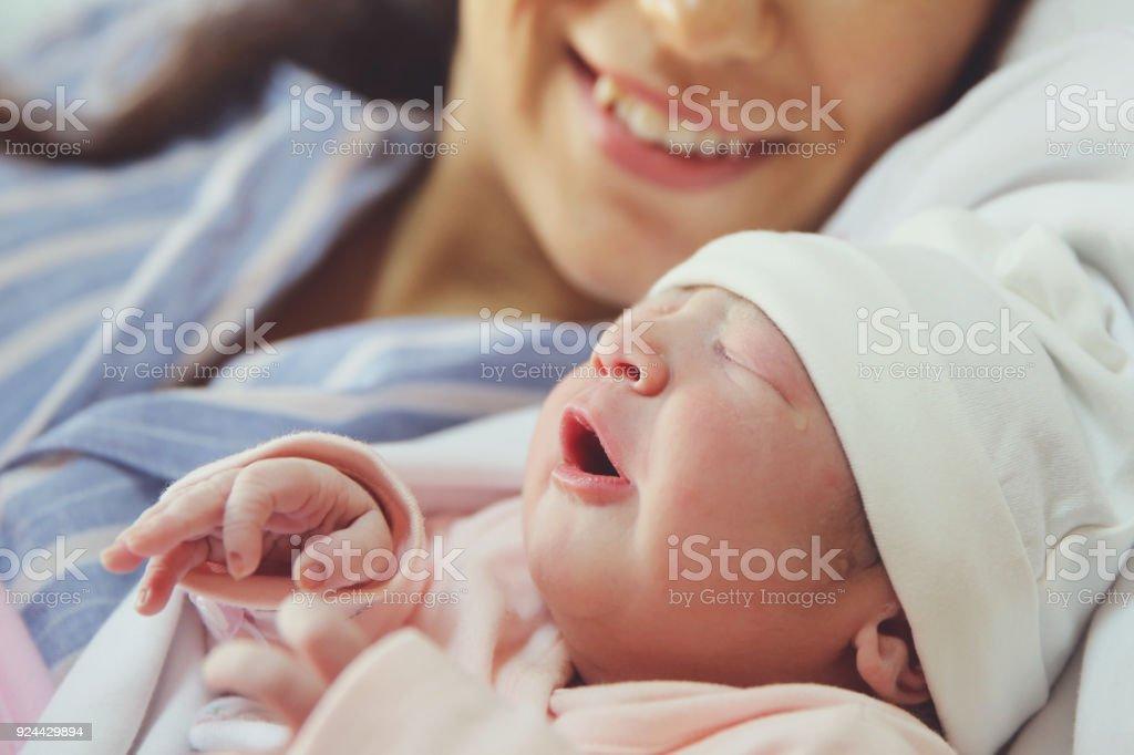 Neugeborenen mit seiner Mutter – Foto
