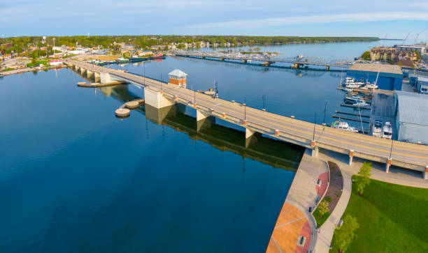 Neue Brücke und alte Brücke, Seite an Seite, Luftaufnahme. – Foto