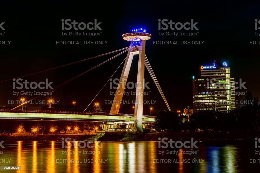 Nova ponte (mais SNP) em Bratislava à noite.  Ponte da revolta nacional eslovaca ou a ponte de UFO é uma ponte sobre o Danúbio em Bratislava. - Foto de stock de Arquitetura royalty-free