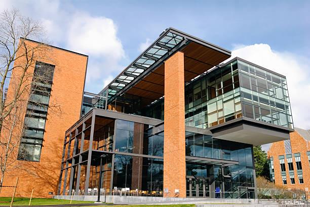 neues gebäude auf college-campus an der university of washington - gymnasium stock-fotos und bilder