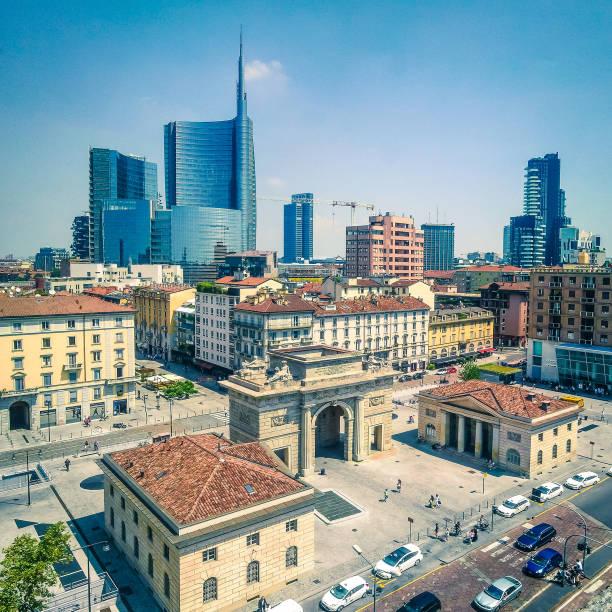 ny byggnad jämfört med gamla i milano - new job bildbanksfoton och bilder