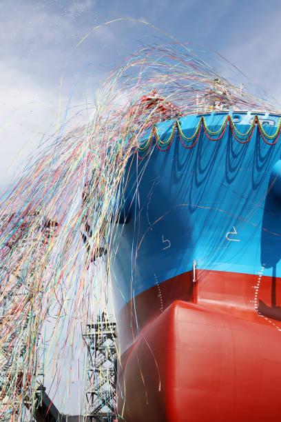 nuevo buque construido durante el lanzamiento y el papel de la cinta - gran inauguración fotografías e imágenes de stock