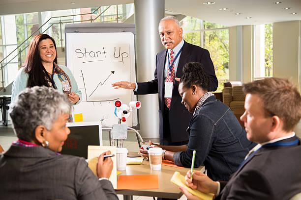 business startup-phase.  die menschen demonstrieren erfindung, prototypen weiter. - prototype stock-fotos und bilder