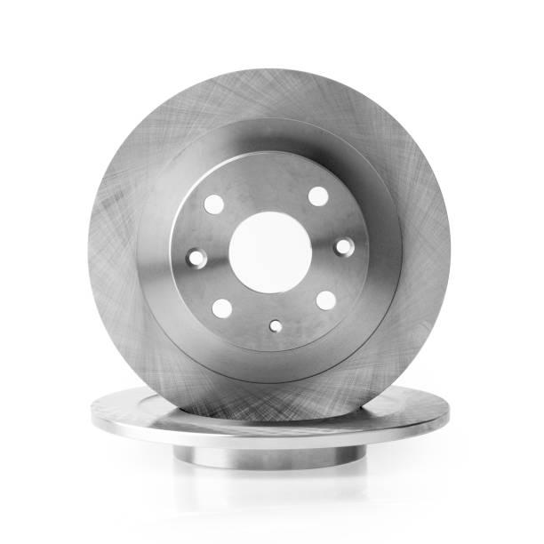 nouveau disque de frein de voiture et de garnitures de freins sur fond blanc - disque de frein photos et images de collection
