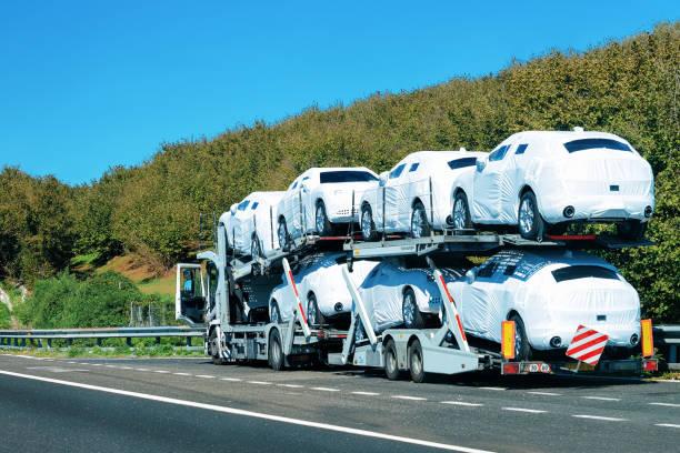 neuer autotransporter in europa road - autotransporter stock-fotos und bilder