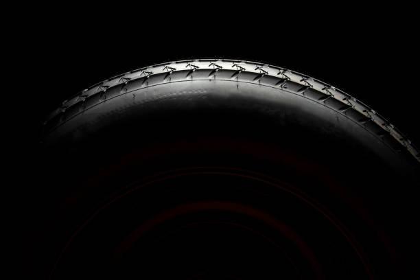 nuevo neumático de coche en la rueda - tires fotografías e imágenes de stock