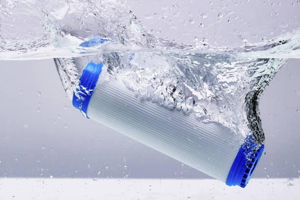 Neue Carbon-Filterpatrone für Haus Wasserfilter-System isoliert auf weißem Hintergrund. Splash. Konzept. – Foto