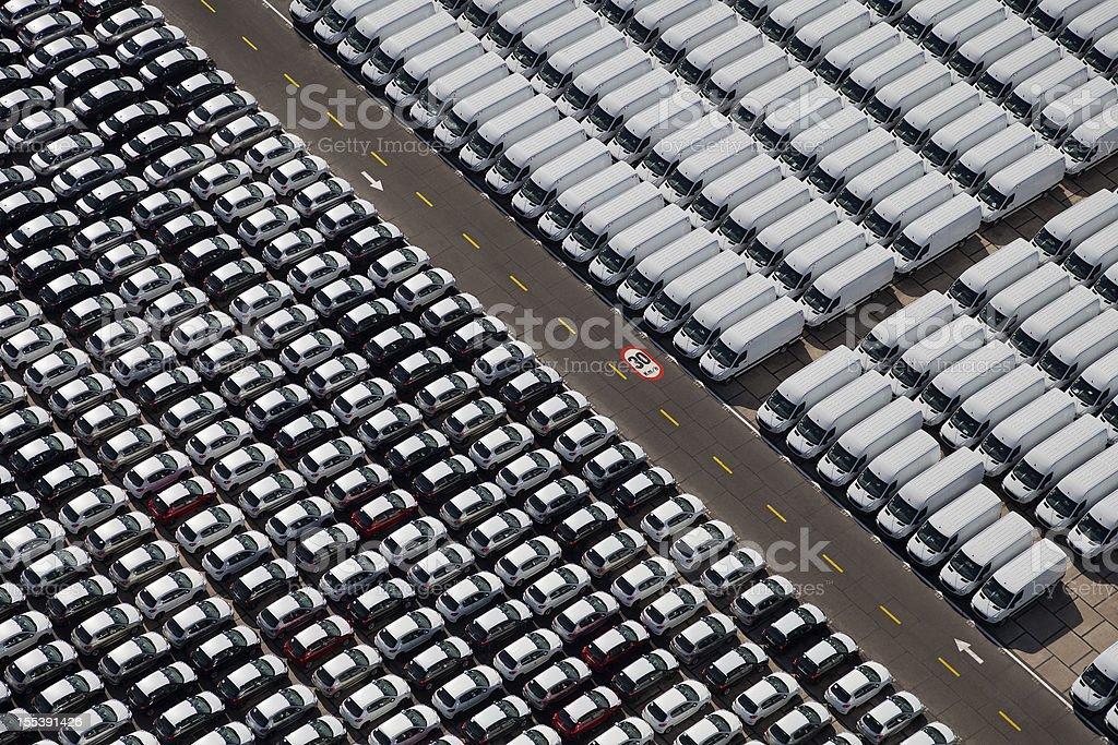 Novos Carros e vans estacionados - foto de acervo