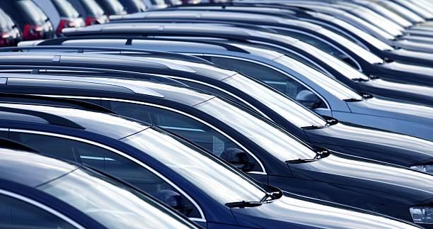 neue autos im autohaus in einer reihe - versteigerung stock-fotos und bilder
