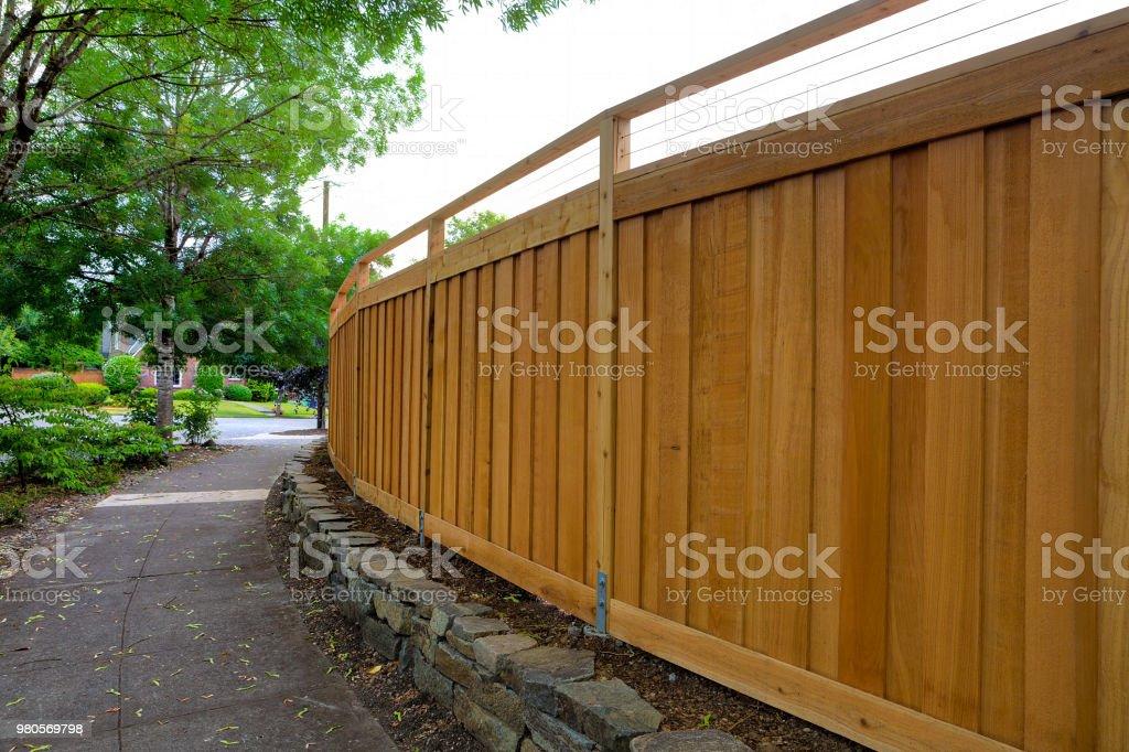 Neue Cedar Holzzaun rund um Haus Garten Landschaftsbau – Foto
