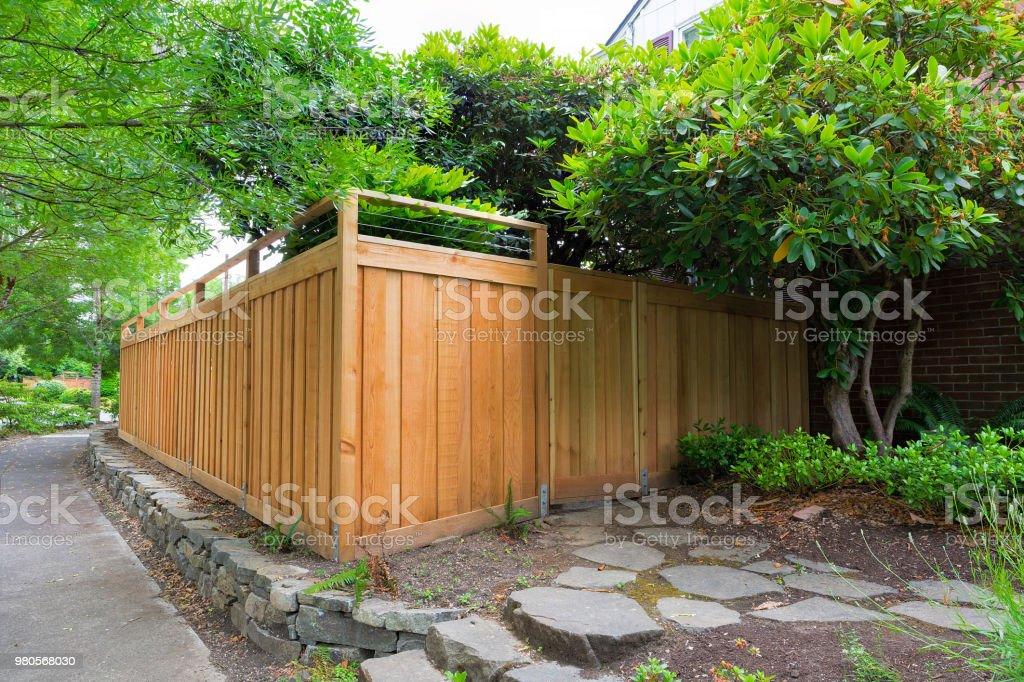 Neue Cedar Holzzaun um Haus Seite Garten Landschaftsbau – Foto