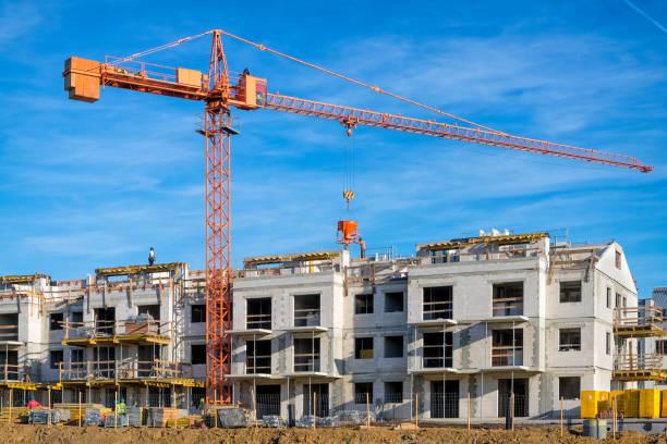 neuer komplex von mehrfamilienhäusern im bau - sozialwohnung stock-fotos und bilder