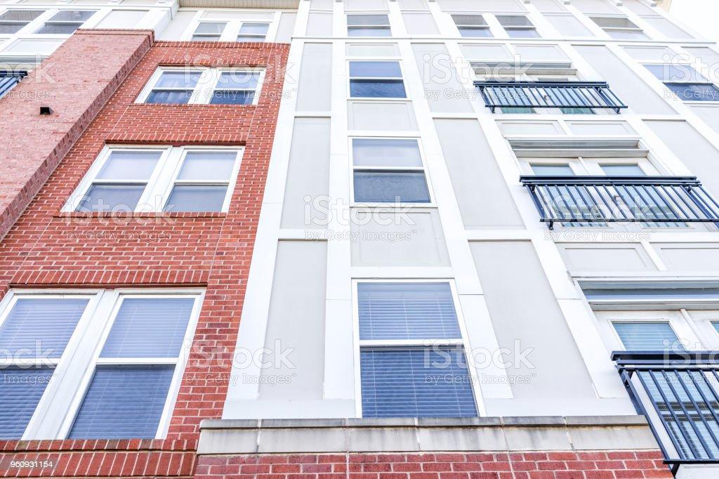 Novo padrão de construção exterior do condomínio do apartamento, janelas residenciais de condomínios com tijolo colorido as cores, modernas de tapume em Virgínia - foto de acervo