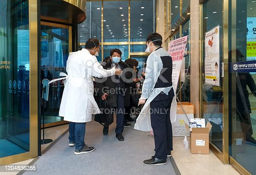 January 28, 2020. At the main entrance of Incheon St. Mary's Hospital, hospital staff are checking the outbound records of outpatients and visitors to prevent the entry of new coronaviruses.  The Korean government believes in the announcement of the new corona by the Chinese government, but the Korean hospitals do not trust the Chinese government's announcement and the Korean government's defense.