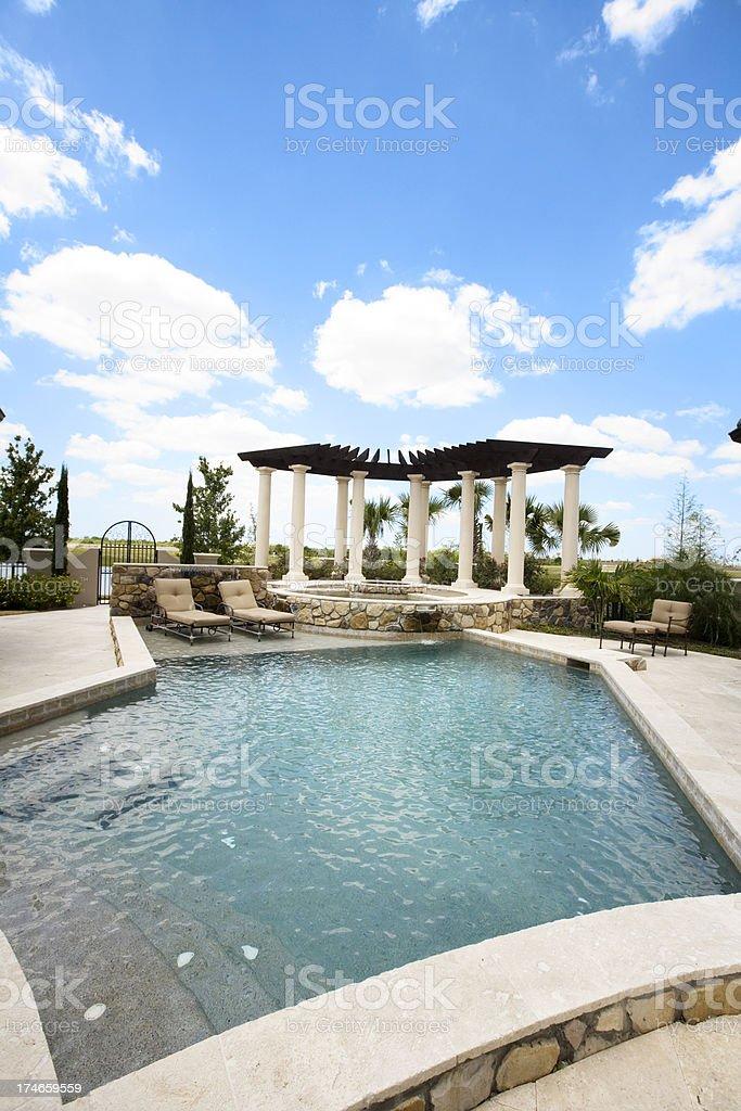 Neue Massgeschneiderte Pool Und Die Feuerstelle Kuhlen Wasser Blue Sky Terrasse Stockfoto Und Mehr Bilder Von Architektonische Saule Istock