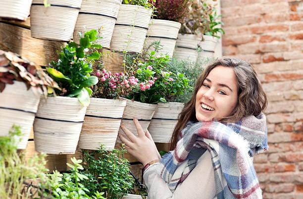 neue dekoration geschäft - paletten terrasse stock-fotos und bilder