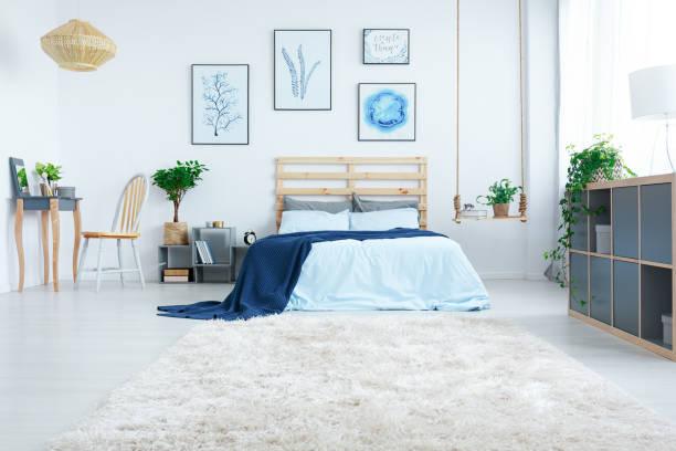 neue design-schlafzimmer mit pflanzen - marineblau schlafzimmer stock-fotos und bilder