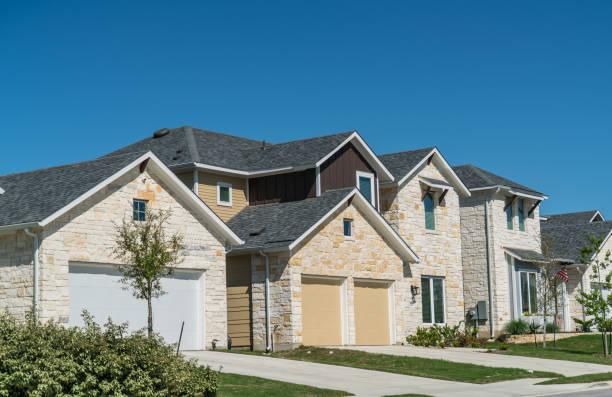 neue entwicklung vorort in austin, texas - neue häuser stock-fotos und bilder
