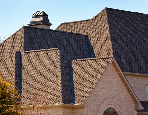 neue dimensionale asphalt shingle anlage auf haus dach - dachformen stock-fotos und bilder