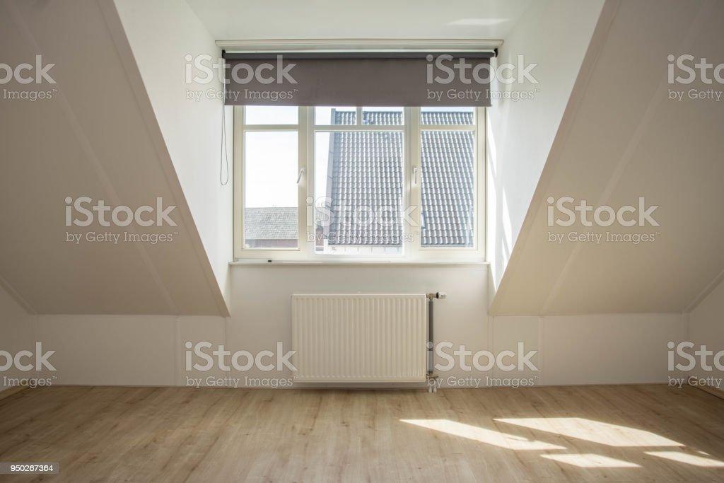 Neue Dachgaube in ein leeres sauberes Haus – Foto