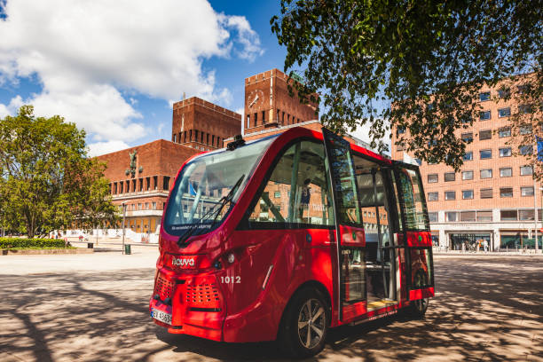 een nieuwe elektrische chauffeurloze busdienst, geëxploiteerd door ruter as en oslo city council, wordt trialed tijdens de zomer van 2019. de route rijdt tussen het stadhuis van oslo en vippetangen. - oslo city hall stockfoto's en -beelden
