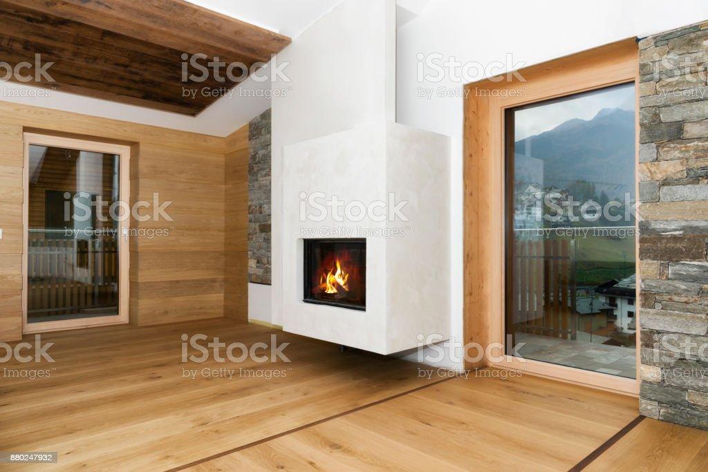 neue leere Wohnzimmer Interieur mit Kamin und Hartholz Stock – Foto