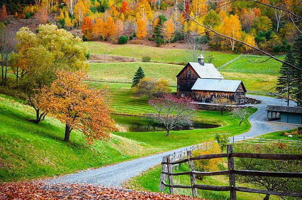 new england countryside, farm in autumn landscape - new england verenigde staten stockfoto's en -beelden