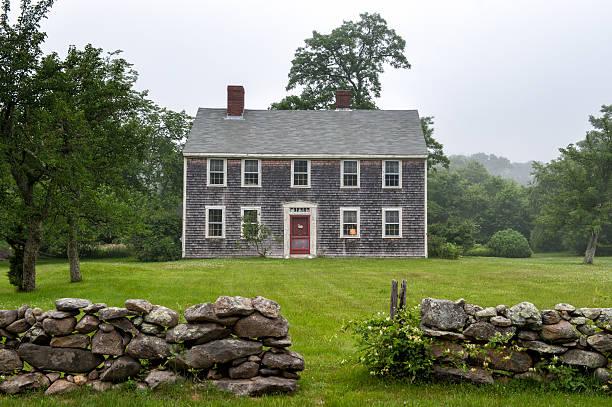 new england mansion in martha's vineyard - kolonial stock-fotos und bilder
