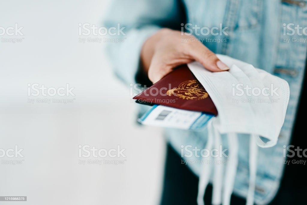 Nieuwe benodigdheden voor een Covid-19 reiziger - Royalty-free Beschermend masker - Werkkleding Stockfoto