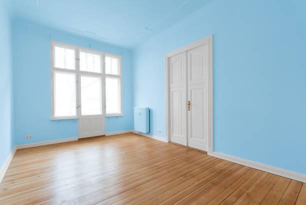 neue wohnung in altbau - renovierte zimmer - hellblaues zimmer stock-fotos und bilder