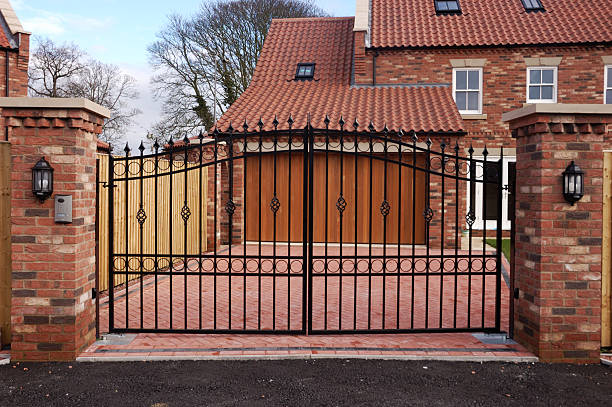 new gated house - ingang stockfoto's en -beelden