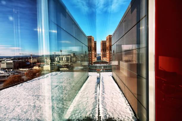 nieuwe gateway - oslo city hall stockfoto's en -beelden
