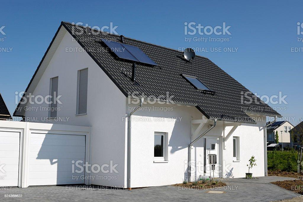 Neue Allgemeine Eine Familie Haus Mit Garage Lizenzfreies Stock Foto