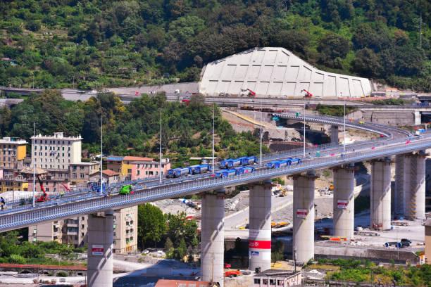 nouveau pont de gênes italie - pont gênes photos et images de collection
