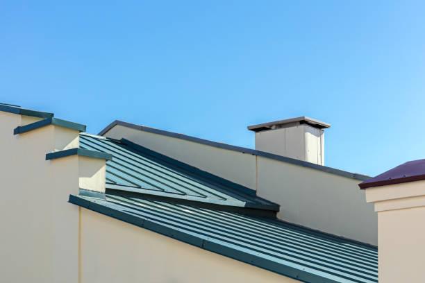 neue graue wellblechdach vor blauem himmelshintergrund - dachschräge einrichten stock-fotos und bilder