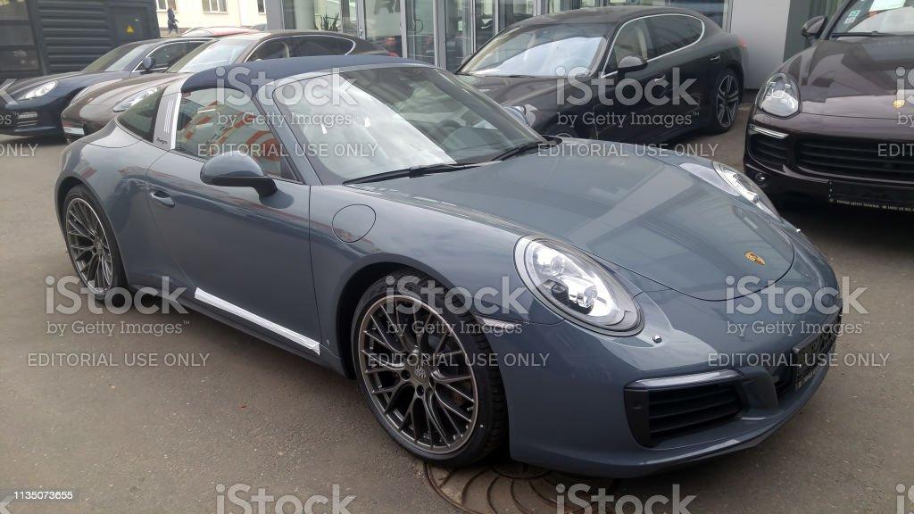 Foto De Novo Cinza Porsche 911 991 Targa No Estacionamento Conversivel Com Um Telhado Macio E Mais Fotos De Stock De Carro Istock