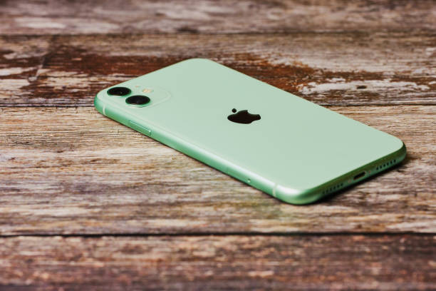 new green apple iphone 11 on a wooden background. - iphone zdjęcia i obrazy z banku zdjęć