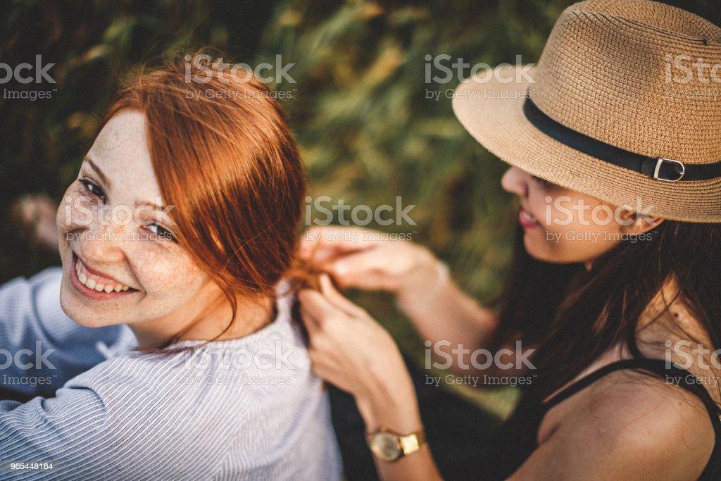 Nouvelle coiffure dans un champ - Photo de Adulte libre de droits