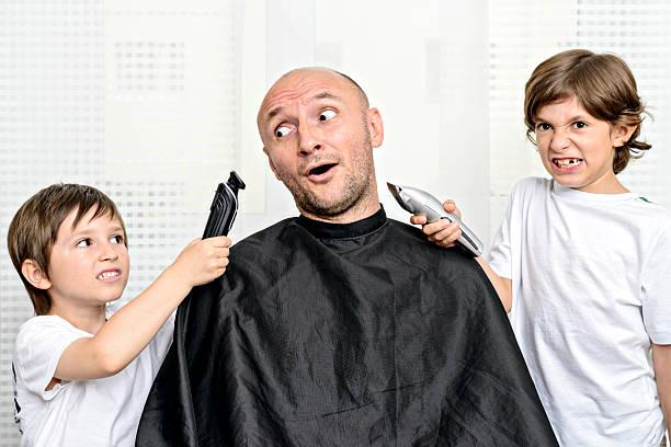 neue haistyle für auffällige mann - glatze schneiden stock-fotos und bilder