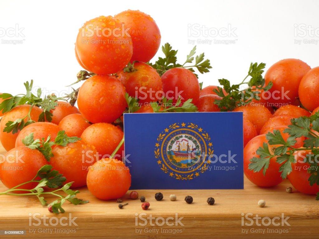 Bandeira de Nova Hampshire em um painel de madeira com tomates isolado em um fundo branco - foto de acervo