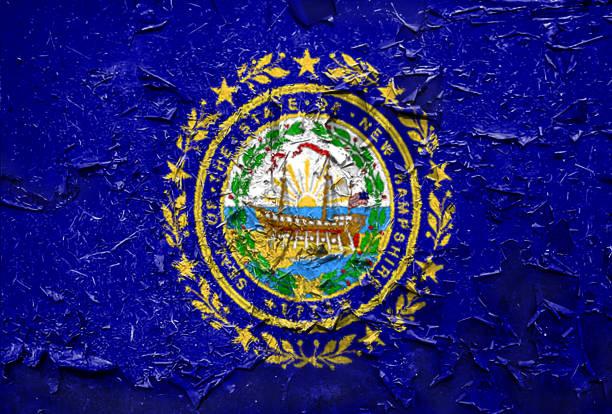 Emblema de sinalizador de estado de New Hampshire na textura metálica - foto de acervo