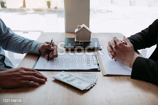 481337750 istock photo New home buyers are signing a home purchase contract at the agent's desk. 1221109125