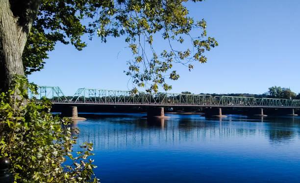 1904 new hope - lambertville steel truss bridge au-dessus de la rivière delaware - rivière delaware photos et images de collection
