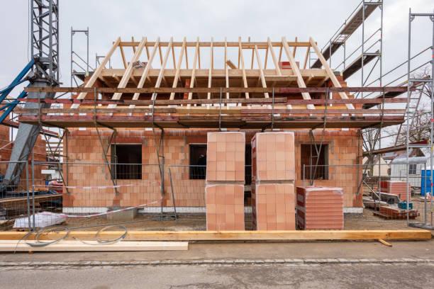 neues Haus im Bau mit Holzdach – Foto