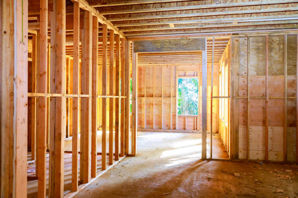 nuova casa in costruzione in cornice contro - costruire foto e immagini stock